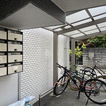 駐輪場は屋根付き。雨の日でもこれなら安心です。