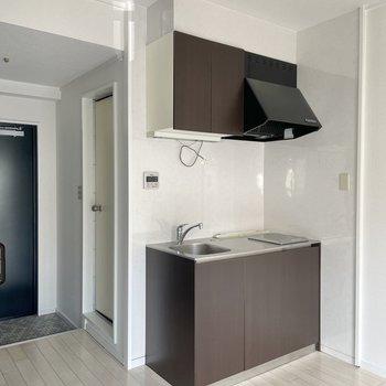 キッチンはブラウン。シンプルなデザインが好きだな。(※写真は清掃前のものです)