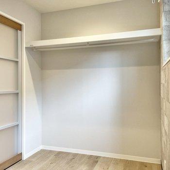 壁にオープンクローゼット。ラックやボックスを使って賢く収納を。(※写真は1階の同間取り別部屋のものです)