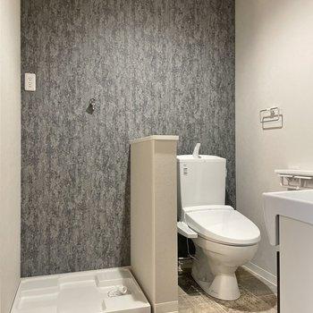 ここもお部屋のような可愛さです。トイレは温水洗浄付き。(※写真は1階の同間取り別部屋のものです)
