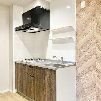 キッチンはウッド調。2段の棚にはお気に入りのスパイスを並べようかな。(※写真は1階の同間取り別部屋のものです)