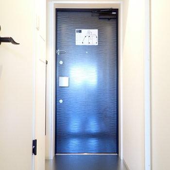 玄関の床もシルバーのキラキラでした。※写真は9階別部屋・同間取りのものです