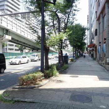 周辺の景色】坂道をのぼれば谷町九丁目、くだれば日本橋、なんば方面です。