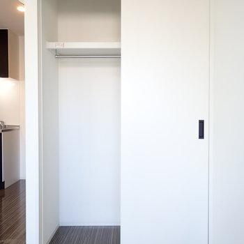 扉の開きはちょっと狭いかな。ボックスを使ってめいっぱい収納スペースを活用しましょ!※写真は9階別部屋・同間取りのものです