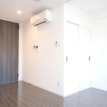 エアコンがそこに!珍しい位置。※写真は9階別部屋・同間取りのものです