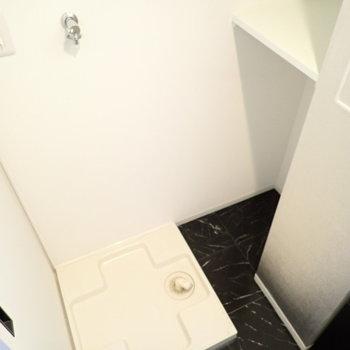 奥に収納スペースがあり、洗剤のストックなどもたっぷり置けそうです。※写真は9階別部屋・同間取りのものです