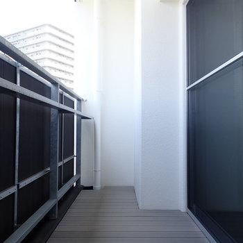 ベランダはゆったりめです。ウッディな床が◎※写真は9階別部屋・同間取りのものです