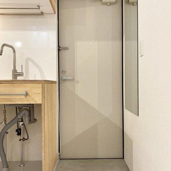 玄関もシンプルに。ちょっぴり段差があるので居室が汚れにくくなります。