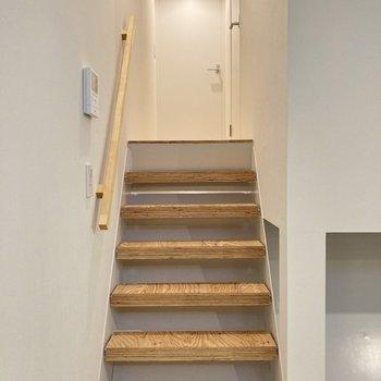 階段を駆け上がって洋室へ。