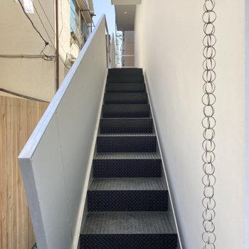 建物脇の階段を上って、
