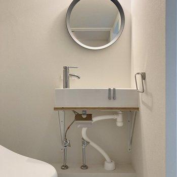 まるい鏡がかわいい~!洗面が独立しているのもうれしいポイント。