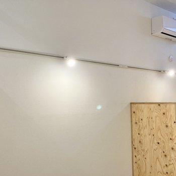 ライティングレールの明かりがお部屋をやさしく照らします。