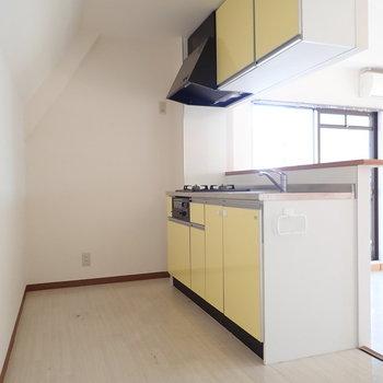 実はレモンイエローのキッチンでした!※写真はクリーニング前のものです
