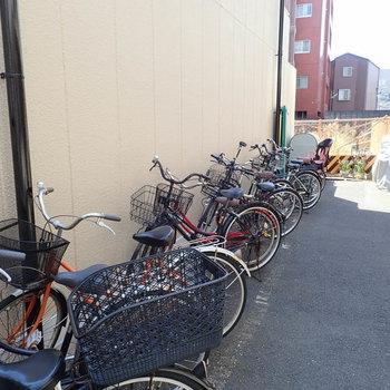 【共用部】駐輪場は建物裏手にありました。