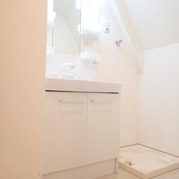 独立洗面台のおとなりに洗濯機。※写真はクリーニング前のものです