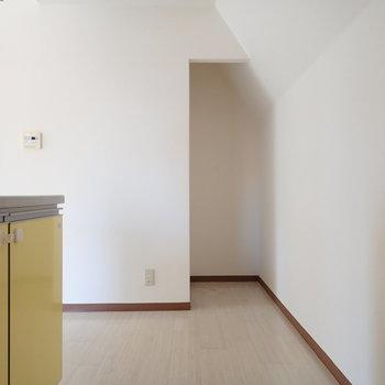 キッチンまわりはゆとりがあって、コンセントも多いですよ。※写真はクリーニング前のものです