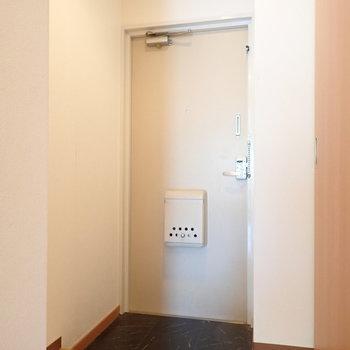 玄関はちょっとこぢんまり。※写真はクリーニング前のものです