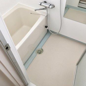 お風呂はサーモ水栓に生まれ変わりました!窓もあります。