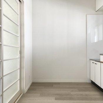冷蔵庫はキッチン後ろ側に。大きな冷蔵庫も置けちゃいますよ。
