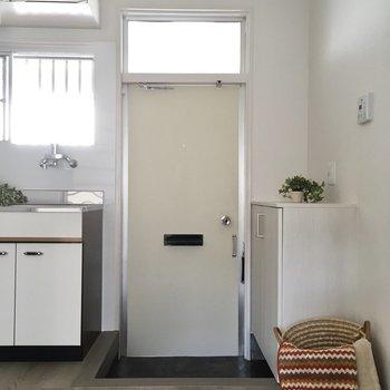 玄関はこぢんまり。段差があるので、ホコリが入りにくいですよ。(※写真の小物は見本です)