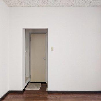 サニタリーはダイニングから行けます。扉はないので突っ張り棒とカーテンで目隠ししても◯(※写真の小物は見本です)