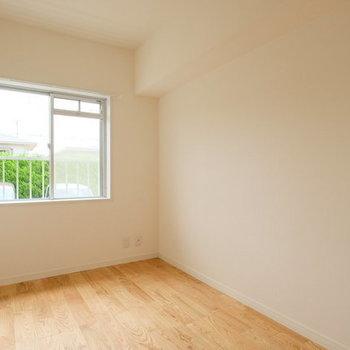 玄関入ってすぐの洋室は窓つき※写真は1階の反転間取り、別部屋のもの