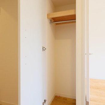 玄関入口にも小さな収納※写真は1階の反転間取り、別部屋のもの