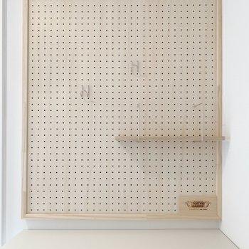 靴箱の上には有孔ボードがあります※写真は3階の反転間取り、別部屋のもの