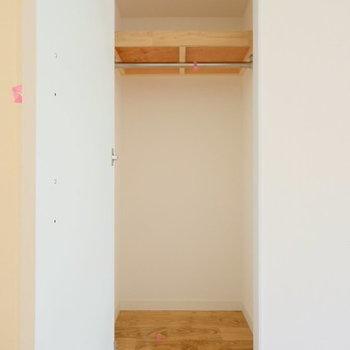 リビングにも嬉しい収納※写真は1階の反転間取り、別部屋のもの