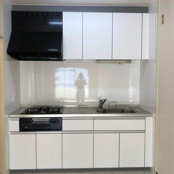 キッチンは3口のシステムキッチン!既存ですが、並んで料理できますね◎