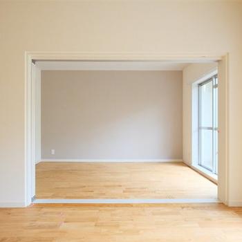 引き戸で仕切られる居室※写真は1階の反転間取り、別部屋のもの