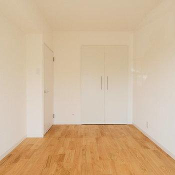 リビング隣の洋室と似たタイプの収納※写真は1階の反転間取り、別部屋のもの