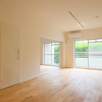 リビングも広々した空間です※写真は1階の反転間取り、別部屋のもの