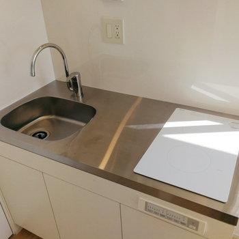シンクは小さめですが調理スペースはしっかり。※写真は8階の同間取り別部屋のものです