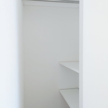 扉などはなく、デッドスペースを活用した収納。ちょっと物足りないかも。※写真は8階の同間取り別部屋のものです