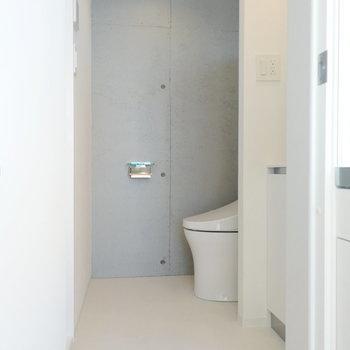 脱衣所はトイレと洗面台が同居。※写真は8階の同間取り別部屋のものです
