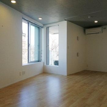 奥は仕切って寝室にすることも可能です。※写真は7階の同間取り別部屋のものです