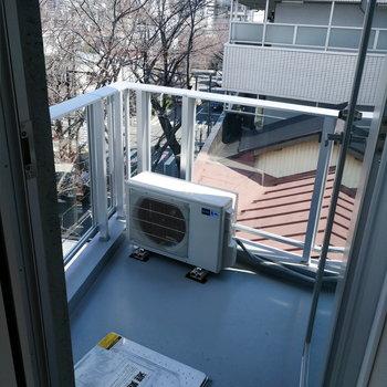 バルコニーは幅はあんまりありませんね。※写真は7階の同間取り別部屋のものです