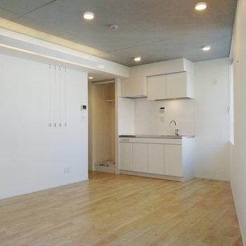 ピクチャーレールと大きな窓が印象的なお部屋なんです。※写真は7階の同間取り別部屋のものです