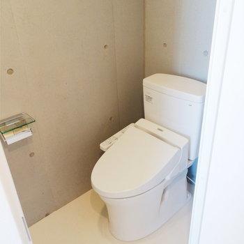 トイレは玄関横に。※写真は7階の同間取り別部屋のものです