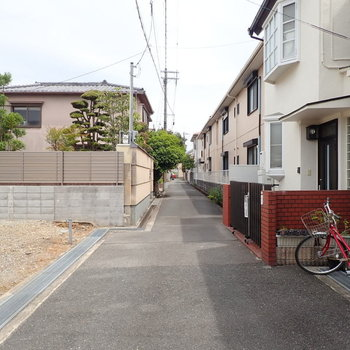 【周辺環境】のんびり~とした住宅街です。ゆっくり暮らすにはぴったりの環境です。でも駅からは徒歩約3分!