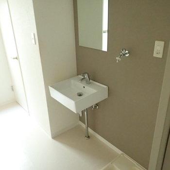ベージュのクロスで上品な雰囲気。洗面台下は収納スペースにぜひ。※写真は通電前のものです