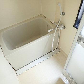 お風呂はちょっとレトロ感。でもシングルレバーなので温度調節はらくちんです。※写真は通電前のものです