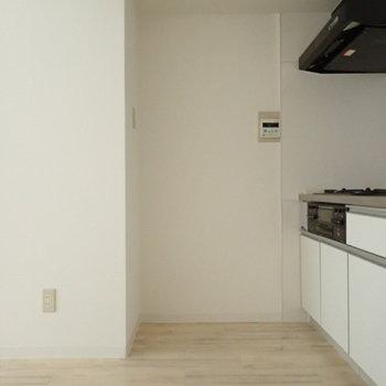 コンロのうしろに冷蔵庫を置けますよ。※写真は通電前のものです