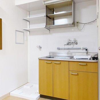 キッチン収納はコンパクト。ボックスなどを使って上手に収納しましょう。