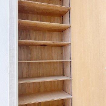 シューズボックスは大容量。1段に3足ほど収納できます。