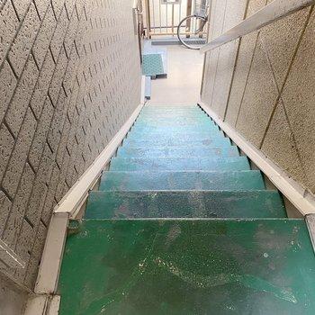 お部屋までは階段。2階なので、あまり大変ではありませんよ〜!