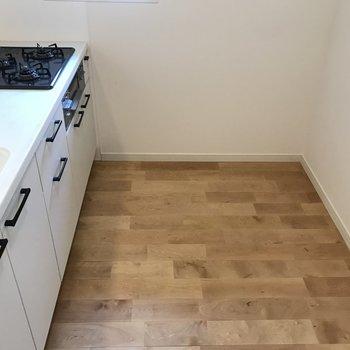 【LDK】後ろには冷蔵庫や食器棚を置くスペースがあります。