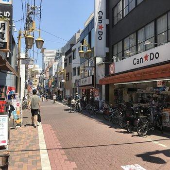 お部屋までの道のりには商店街も。