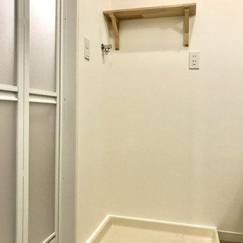 洗濯機置場は棚付きです。